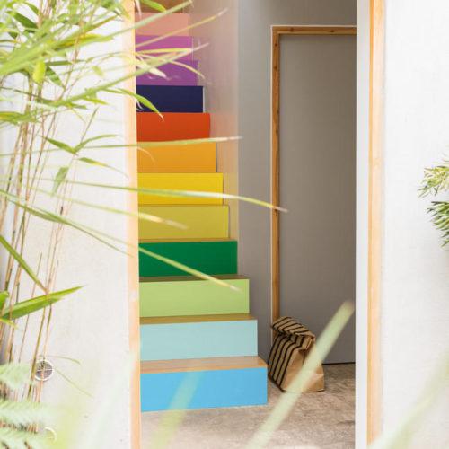 färgglad trappa varje steg olika färg